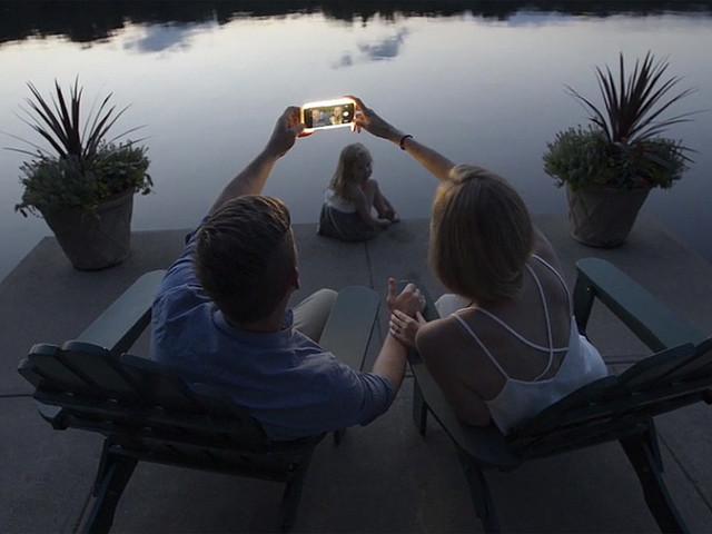 iPhoneでの忘年会やXマスでもっと光を! ライト付きバッテリー内蔵ケースで楽しさ倍増.jpg